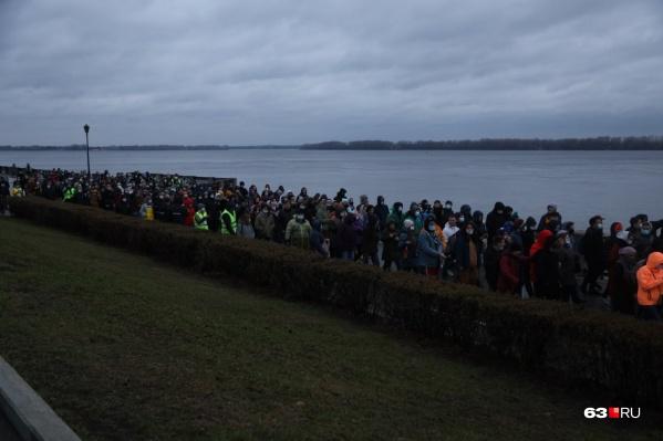 Толпа отправилась по направлению к Ладье