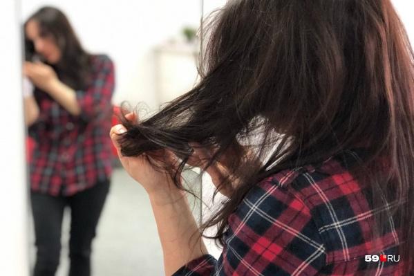 Переболевшие женщины отмечают, что волосы стали выпадать в большем количестве