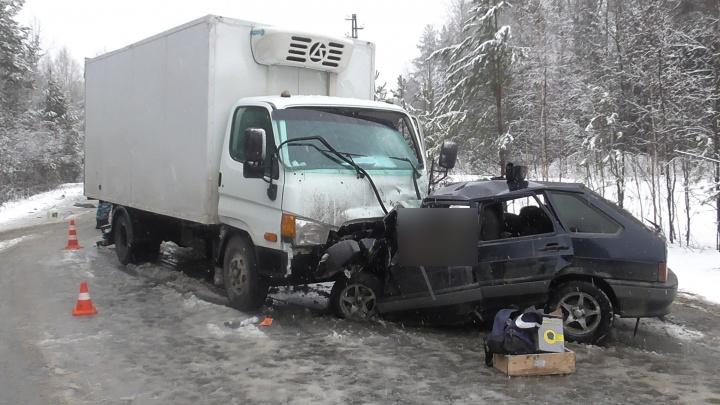 В Свердловской области три человека погибли после столкновения машин на скользкой дороге
