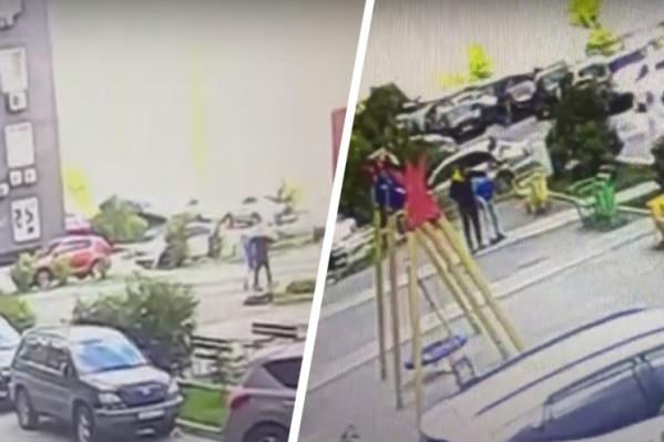 Инцидент попал на записи камер видеонаблюдения. На записи видно, что мужчина сначала тащит ребенка, а потом бьет