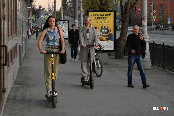 Самокатов на улицах города становится все больше, а правил для них нет