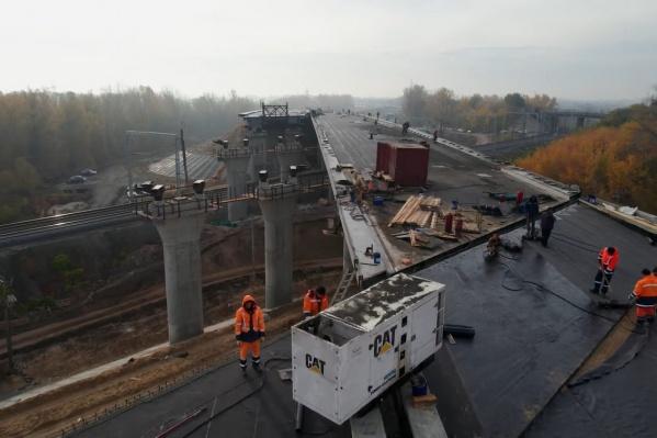Самарцы ждут, когда по мосту откроют движение