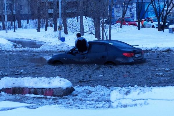ПодHyundai провалился снежный настил. Вода начала прибывать