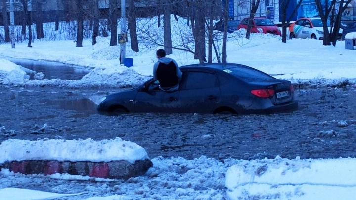 «Машина просто провалилась»: владельцы утонувших на Ткачей автомобилей обвинили в ЧП «Водоканал»