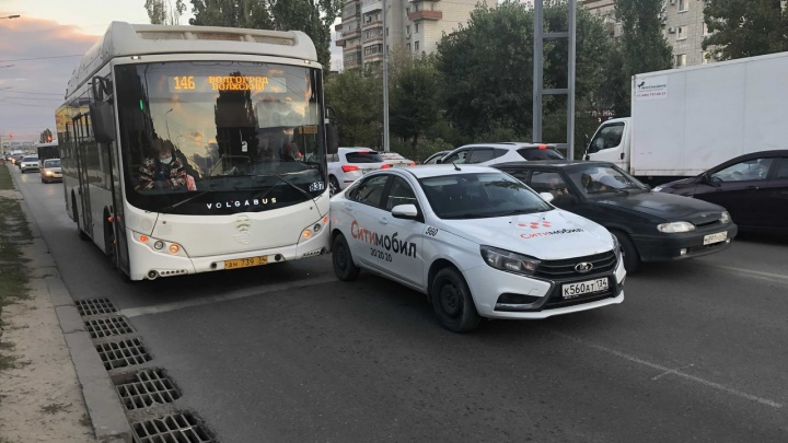 Стоим, но почему-то в обе стороны: центр Волгограда замер в пробках из-за ДТП с автобусом