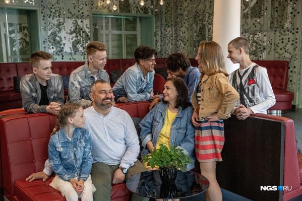 Анатолий и Инга Довженко с детьми. Слева направо: Сергей 15 лет, Дима 16 лет, Лёша 16 лет, Коля 16 лет, Максим 13 лет, Вика 11 лет, Света 16 лет. У пары еще есть старшая дочь Настя, ей 22 года