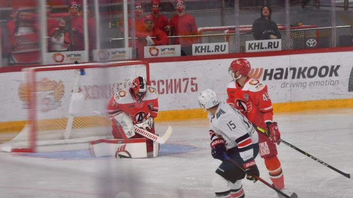 «Металлург» разгромил «Автомобилист» в первом матче сезона. Главные кадры и моменты игры
