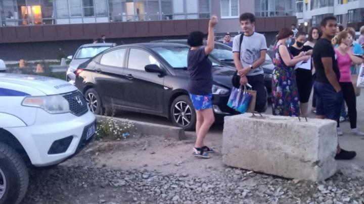 «Остается умирать»: в Мичуринском жители пятиэтажек вышли против владельцев коттеджей. Работает полиция