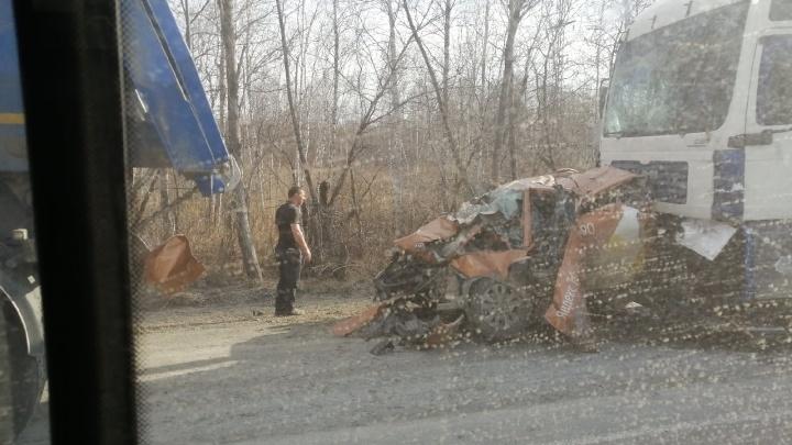 На трассе М-5 в Челябинской области фура раздавила такси
