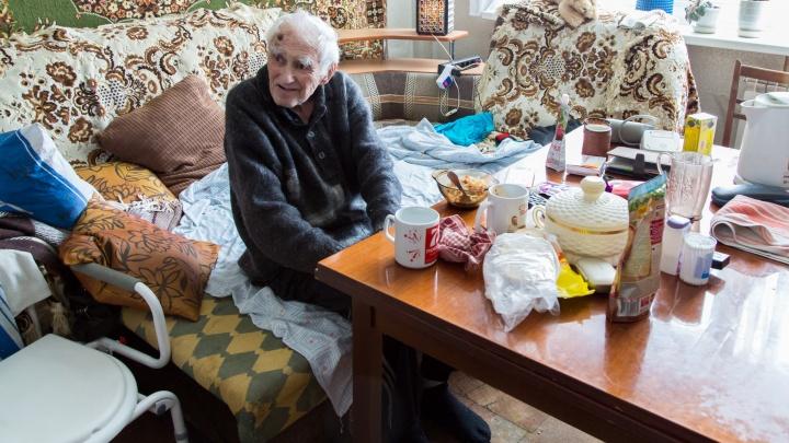 «Он там будет находиться пожизненно»: 95-летнего доцента перевезут из квартиры на Бардина в пансионат