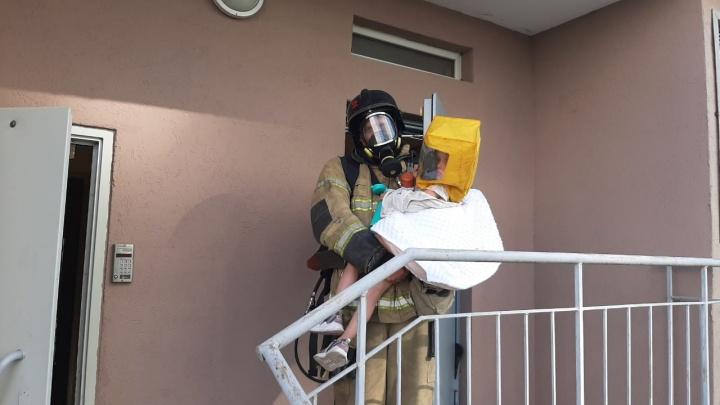 Соседи не могли выбраться. В Екатеринбурге людей эвакуировали из жилого дома из-за пожара