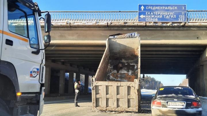 «Ехал с поднятым кузовом». Самосвал врезался в мост на Серовском тракте