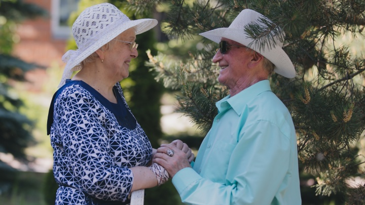 «Когда он приходил, думала — к соседке»: как челябинские молодожены нашли любовь в доме престарелых