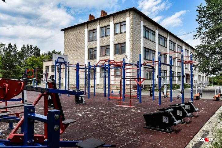 А это неожиданно классная спортплощадка местной школы