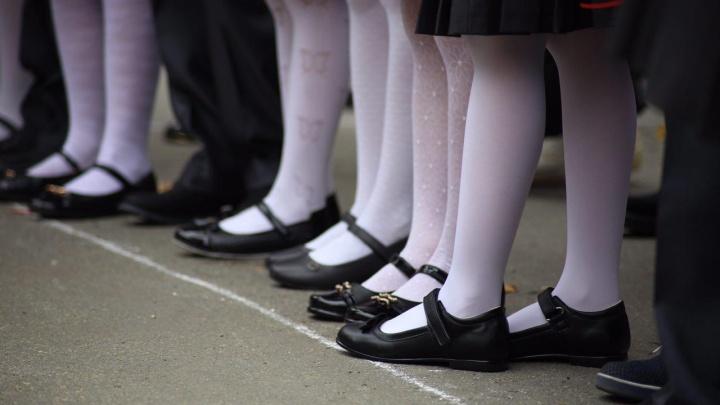 «Ждут первых обмороков?»: родители челябинских школьников пожаловались на строгий дресс-код в жару