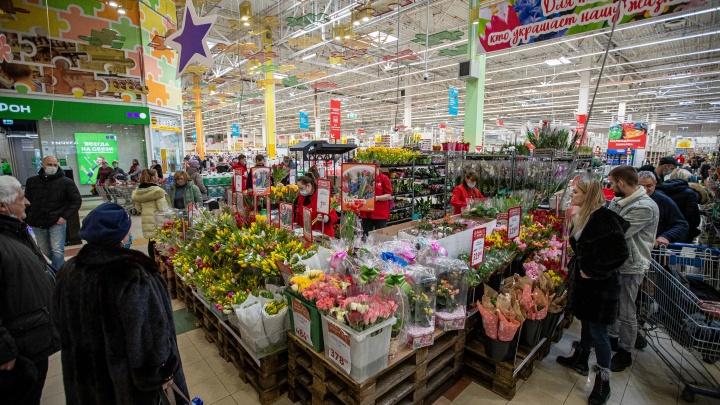 Новосибирцы скупают тюльпаны к 8 Марта — фоторепортаж из магазина