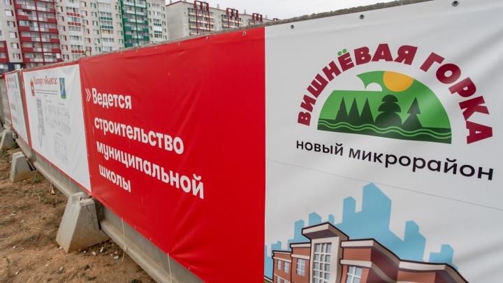 За забором тяжелая техника: сняли с воздуха строительную площадку новой школы в «Вишневой горке»
