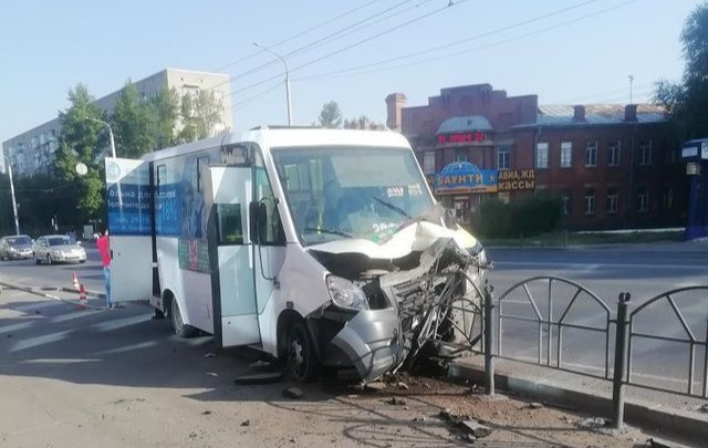 На Красном Пути маршрутка влетела в забор — водитель потерял сознание