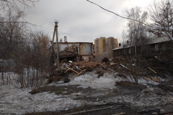 """Это дом на улице <nobr class=""""_"""">Никитина, 138а</nobr>. Разбирать его начали около месяца назад, чиновники отмечают, что это сделали без разрешения местные жители"""