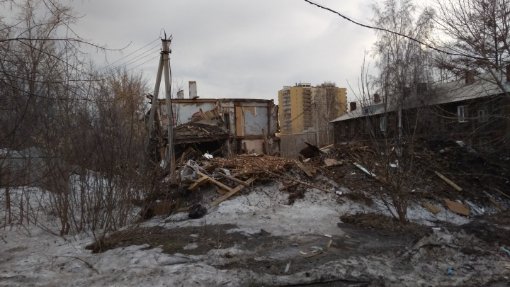 На Никитина начали разбирать бараки — часть зданий оставили полуразрушенными