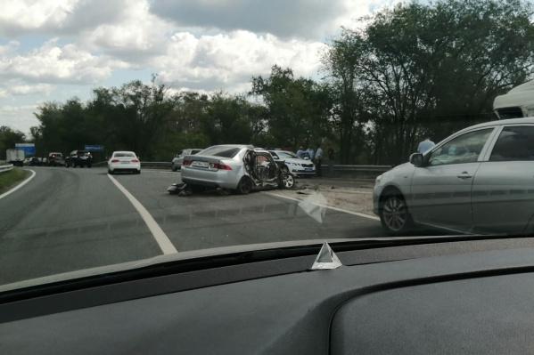 Иномарку от удара развернуло поперек дороги
