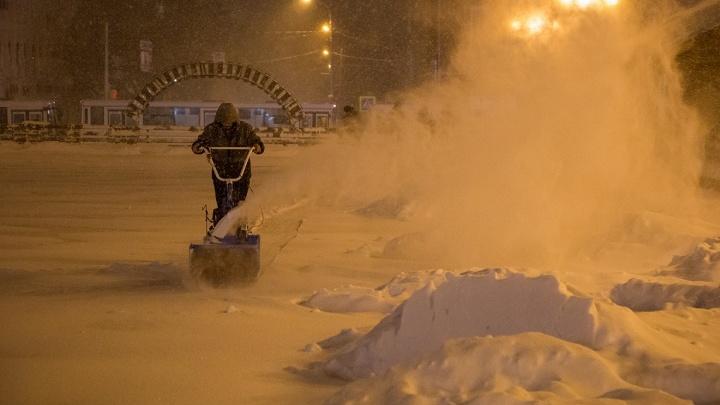 «Снег растолкали, но не убрали»: жители Уфы раскритиковали коммунальщиков за нечищенные дороги