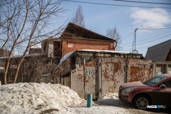 """Частный сектор в Новосибирске — особенно тот, что занимает привлекательные площади <nobr class=""""_"""">у метро, —</nobr> не дает покоя ни застройщикам, ни чиновникам"""