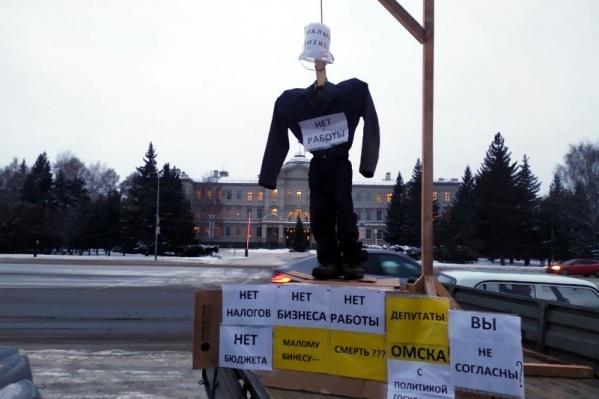 В день, когда предприниматель решил провести акцию протеста, в заксобрании рассматривали проект закона о регулировании рынка нестационарных торговых объектов