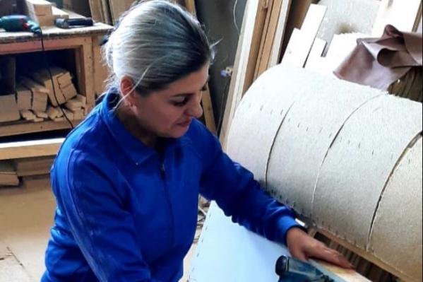 Наталья Перешивка не смогла долго сидеть без дела — спустя две недели после увольнения она пришла на работу в столярный цех