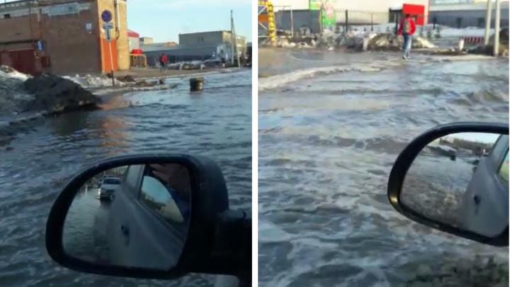 Океан на Петухова: дорогу в Новосибирске залило огромной лужей— видео, как плывут машины