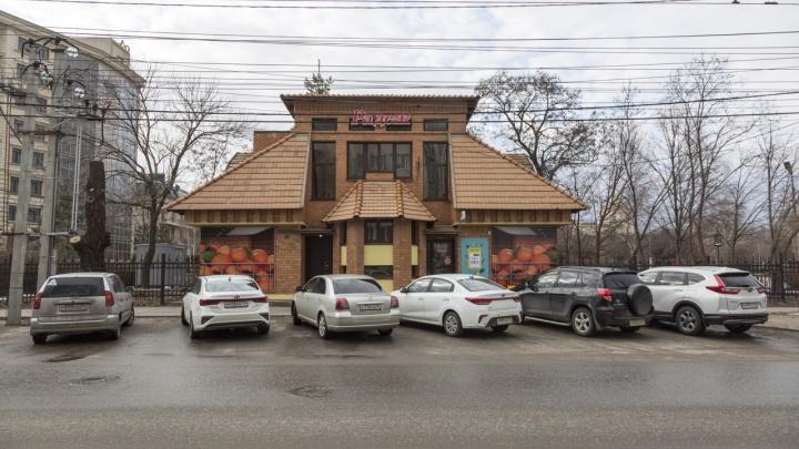 В Волгограде вырубили деревья у супермаркета в парке Саши Филиппова