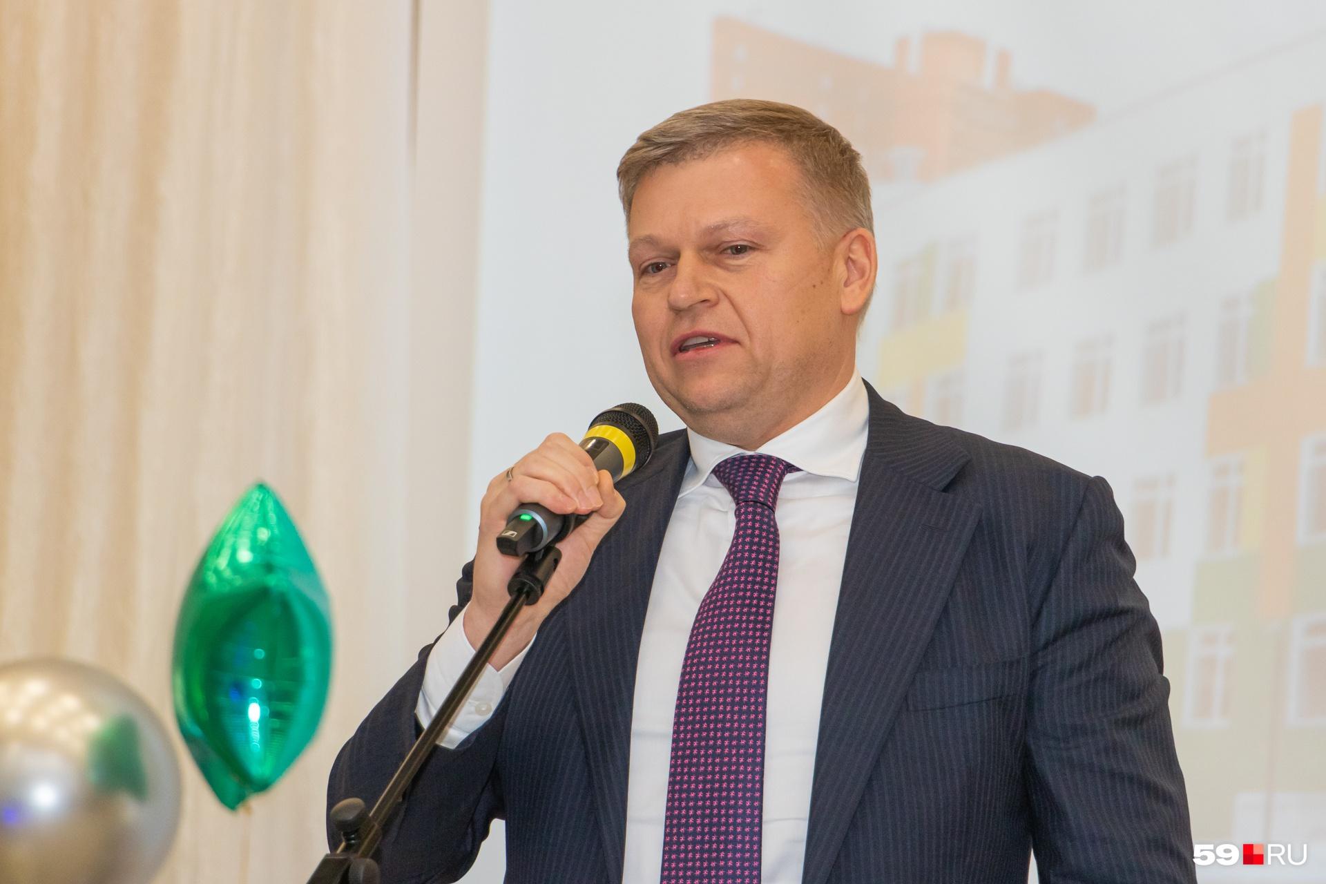 Алексей Дёмкин поздравляет учеников и преподавателей
