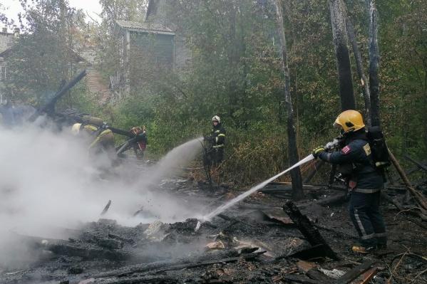 К полудню пожарные уже занимались проливкой места возгорания