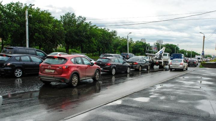 Трасса М-4 под Краснодаром встала после того, как мужчина на тягаче повредил дорогу