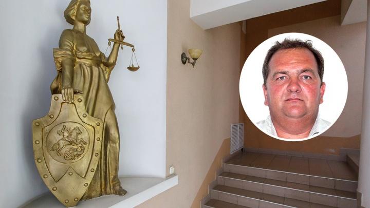 Под Волгоградом глава поселения на зарплату «мертвых душ» чинил здание администрации