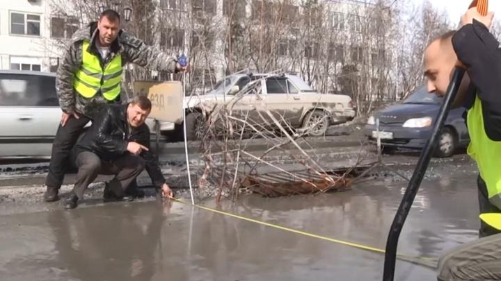 В 2014 году Анатолий Локоть ругался на ямы и лично мерил их рулеткой. Мы проверили, что стало с той улицей