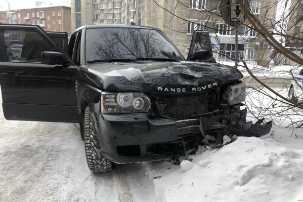 Водитель бросил свой Range Rover посреди улицы
