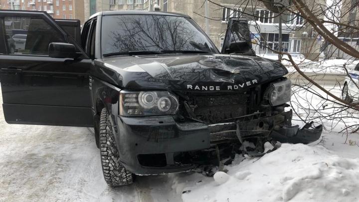 Появились кадры смертельного ДТП с Range Rover в центре Новосибирска