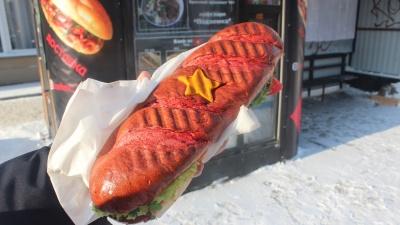 Возле консерватории в Новосибирске начали торговать сэндвичами с символикой вьетнамского флага