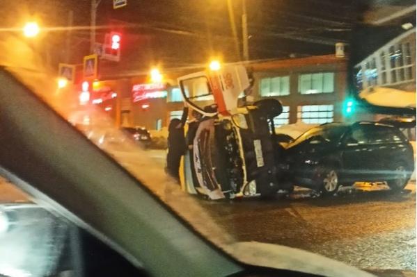 Автомобиль скорой помощи перевернулся