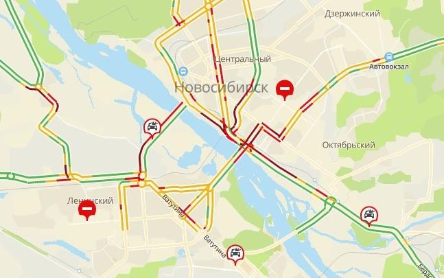 Последствия сильного ливня: лужи по колено, затопленная площадь Будагова и пробки