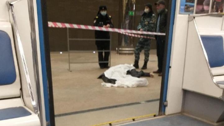 В Екатеринбурге на станции метро лежит накрытое белой тканью тело