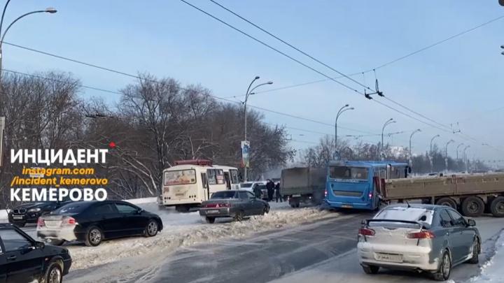 В центре Кемерово автобус столкнулся с КАМАЗом. Из-за этого образовалась гигантская пробка