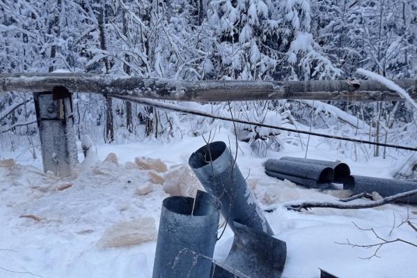 Трубы с водой в деревне проходят над землей. Власти планируют закопать их, чтобы не замерзали, но для этого нужна теплая погода