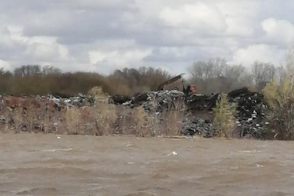На берегах озера выросли огромные кучи мусора