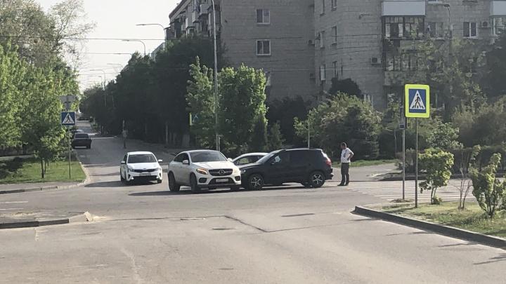 В центре Волгограда на пустой дороге не разъехались две немецких иномарки