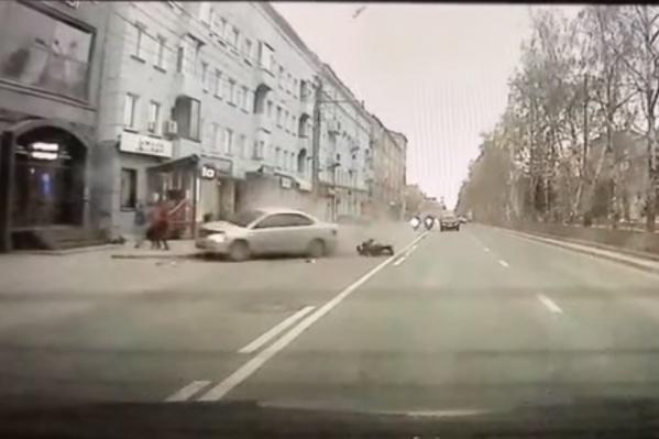 Упавший байкер сломал ногу