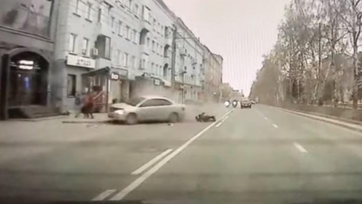 Водители сбивают мотоциклистов — изучаем ДТП, где на «выделенке» из ниоткуда появился байкер