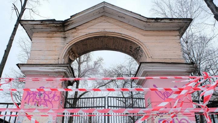 В Перми у педуниверситета огородили падающую арку — она может рухнуть