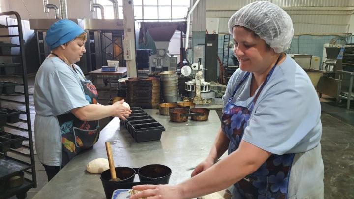 «Хлеб пекут не бездушные машины, и это чувствуется»: Коношский хлебозавод более полувека «кормит» пол-области